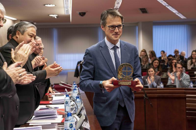 El presidente de Servimedia, Fernando Riaño, con el Premio ¡Bravo! | Foto:Jorge Villa/Servimedia